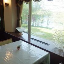 *【ダイニング】窓際の席からは青木湖を望みます。