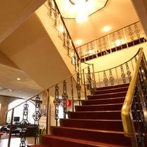 *【階段】豪華で煌びやかな装飾の階段。
