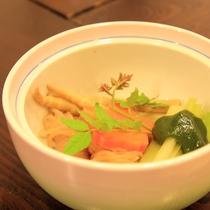 *【夕食一例】山菜の煮物には手作りの山椒味噌を添えて、爽やかな味に。