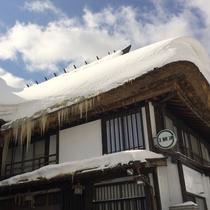 *青空に映える真っ白な雪!冬には冬の良さがある、そんなひのき風呂の宿にぜひいらしてください。