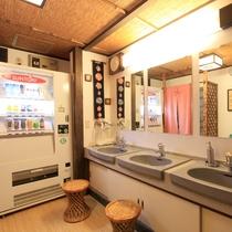 *温泉の入り口前のスペースには洗面台や自販機も備え付けております。