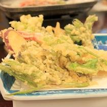 *【夕食一例】旬の山菜の天ぷらは香りも味わえる一品。