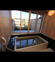 貴賓室には箱庭が付いております。和の雰囲気が漂うお庭を眺めながらご入浴ください。