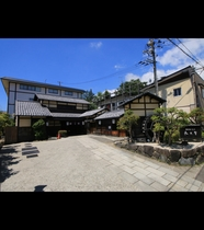 【夏の外観】和の趣たっぷりの当館で日常を忘れゆったりとしたひと時をお過ごしください。
