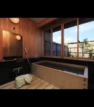貴賓室には檜造りの内湯がついております。誰にも邪魔されない贅沢な時間をお過ごしいただけます。