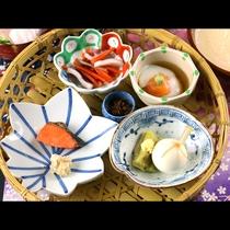 朝食は籠盛りで。玉豆腐はクリーミーで優しい味わいです。