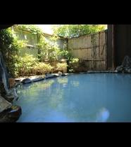 【男湯・露天】湯口からこんこんとあふれる湯の流れは、渓流のようです。