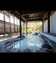 【女湯・露天風呂】風情ある岩露天。全国的にも珍しい酸性泉でお肌ツルツルに♪