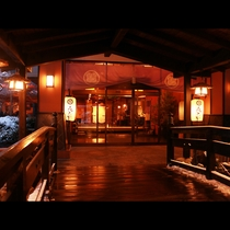 【玄関】当館入り口のたいこ橋を渡れば、和の趣たっぷり。やすらぎの空間をお楽しみください。