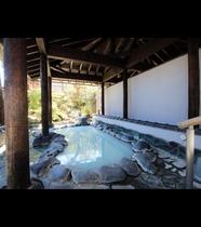 【女湯・露天風呂】風情ある岩露天。外の空気を感じつつ入るお風呂はとても気持ちが良いです。