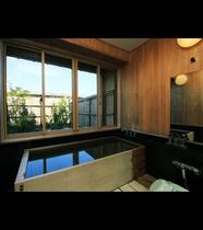 特別室には檜造りの内湯がついております。誰にも邪魔されない贅沢な時間をお過ごしいただけます。