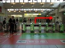 順路① 大崎駅北改札口です。矢印右手(東口方向)へ進む