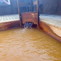 *【露天風呂】金色の温泉につかって疲れを癒しましょう。