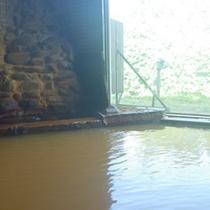 *【大浴場】金色のお湯につかって、温泉浴を満喫。