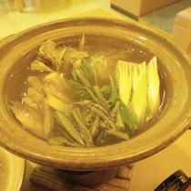*【夕食一例】じゅんさい鍋。地元の味覚を堪能。