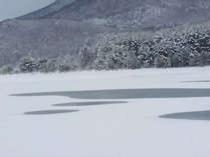 冬_氷結する聖湖。