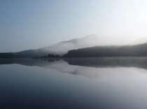霧にかすむ臥龍山と聖湖