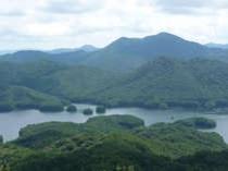 高岳から見た臥龍山と聖湖