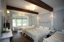 1号室:ダブルベッドがあるちょっとゴージャスな4人部屋