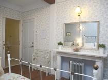 1号室 マントルピースと化粧鏡 出入り口ドア(右) バスルームドア(左)