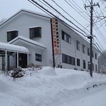 *外観/冬は辺り一面真っ白な雪景色!お部屋を暖かくしてお待ちしております。