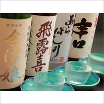 女将のおススメ『くじっきり(盛っ切り)酒』3つのグラスになみなみと注がれた会津の地酒。