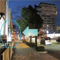 5.前方左手に「アパホテル」のサインが見えてまいります
