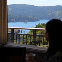 芦ノ湖と女性