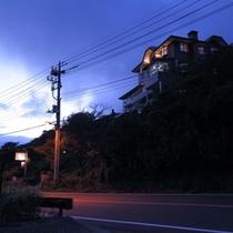 建物の全景<夕景>