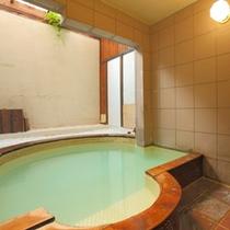 貸切の温泉室内浴場