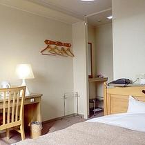 *【シングルルーム一例】仕事や観光で疲れた体をベッドで横になって癒してください。