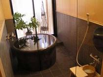 16.陶製のお風呂でゆったり、ほっこりと♪