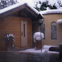 冬のサウナ室と雪
