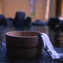 岩風呂桶とタオル