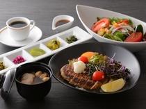 和風ロコモコ丼(昼食一例)/レストラン