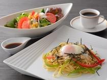 きのことパンチェッタの和風パスタ(昼食一例)/レストラン