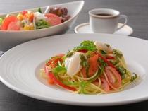 トマトとバジルの冷製パスタ(昼食一例)/レストラン