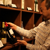 【酒蔵】厳選された銘酒が揃う自慢の酒蔵。夕食や部屋での語らいを楽しむための一本を二人で見つけて