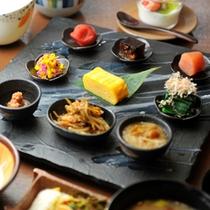 【和朝食】種類豊富な和総菜の小鉢が並ぶ。山形県遠山産つや姫米の炊き立てごはんと芋煮でほっこり