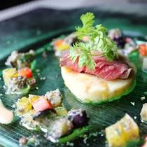 【米沢牛カイノミと夏野菜のマリネ】目にも楽しい色鮮やかな一皿。季節を感じる旬の食材を存分に