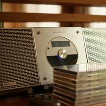 【北欧風洋室「みすず」】お部屋にはCDオーディオも。二人の好きな音楽に包まれてくつろぎの時間を満喫