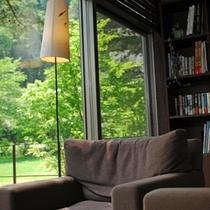 【ライブラリー】ラウンジでゆったりと本を読みながら、美味しい珈琲と景色を楽しむ至福の時間を