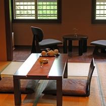【古民家風和室「さくら」】懐かしい香り漂う古民家を思わせる部屋。 穏やかな空気が静かな時を奏でる
