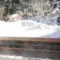 【貸切露天風呂 木漏れ日の湯】冬の白銀の雪景色もまた格別。源泉かけ流しの湯で芯から温まれる