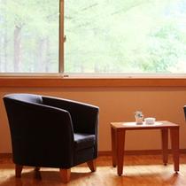 【アジアンリゾート風和洋室「あかね】四季の移ろいを望む窓辺に座り、日常を忘れるゆったりした時間を