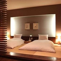【モダンリビング風和洋室「いぶき」】畳敷きの寝室スペースだから、布団派の二人もゆっくり休める
