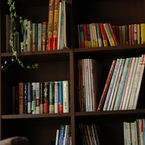 【ライブラリー】ゲストのための読書棚も。ラウンジやテラス、部屋でくつろぎながら自由に読書を楽める