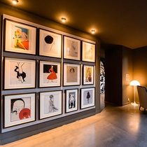 【1階アート】ラウンジに飾られている、洗練されたアートコレクション。