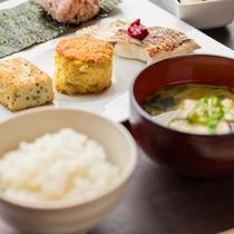 地元農家が育てた野菜やお味噌、新鮮なお魚、シェフの技が光るふわふわスフレオムレツなど、大好評の朝食!