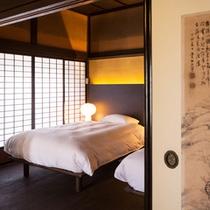 【藤】現代の技術では修復不可能な金砂の砂壁、あえて当時のままに。